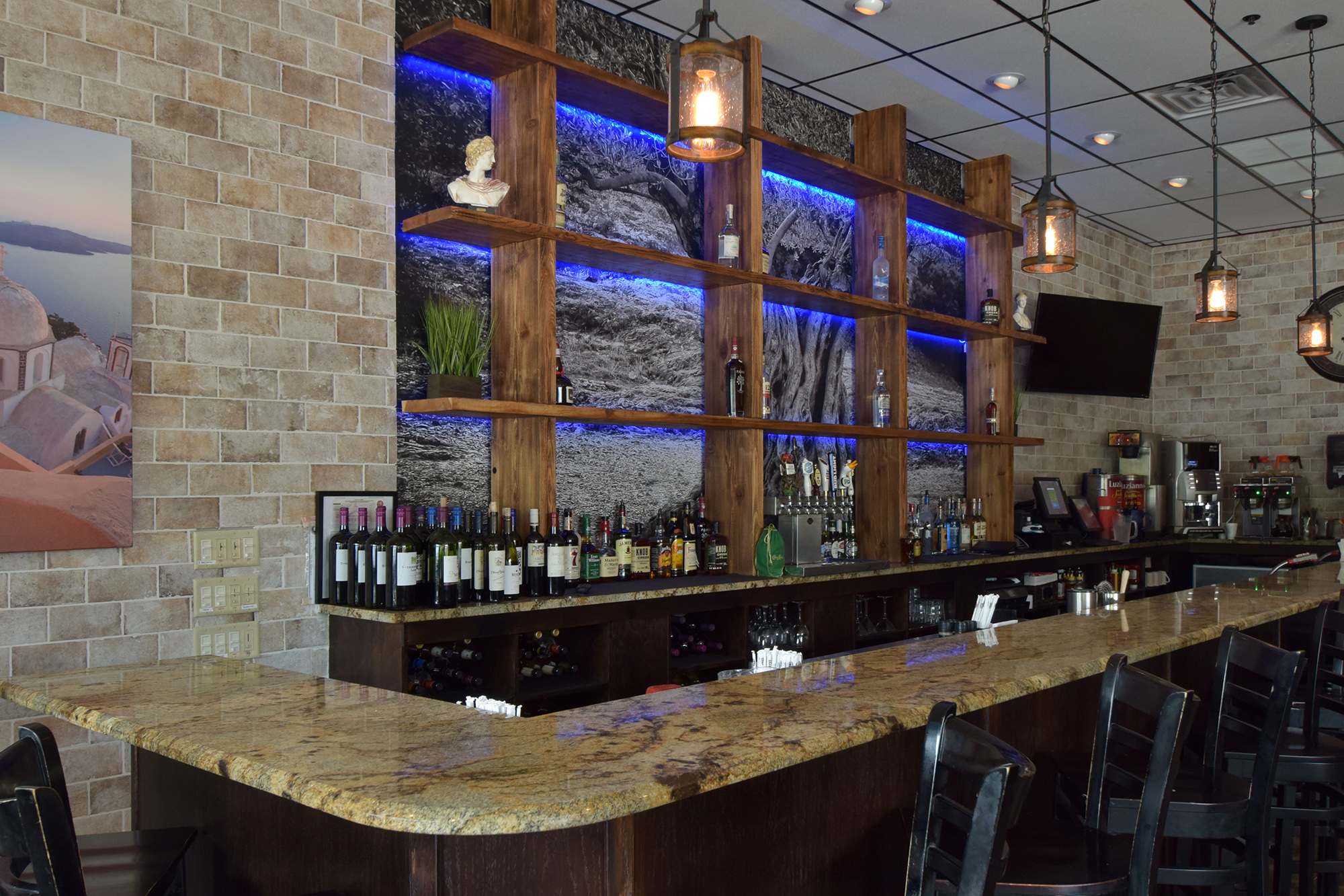 FULL LIQUOR BAR <br>AVAILABLE